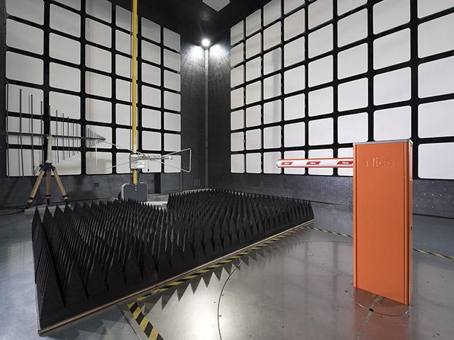 Na câmara semi-anecóica, medimos amplas emissões eletromagnéticas e testamos sua imunidade a interferências eletromagnéticas.